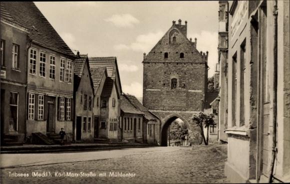Ak Triebsees in Mecklenburg Vorpommern, Karl Marx Straße mit Mühlentor