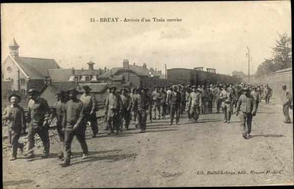 Ak Bruay Pas de Calais, Arrivée d'un Train ouvrier, Zechenarbeiter, Arbeiterzug