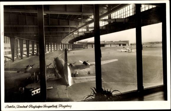 Ak Berlin Tempelhof, Zentralflughafen, Flugsteig, Flugzeug