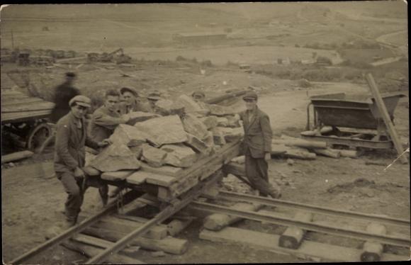 Foto Ak Rübenau Marienberg im Erzgebirge Sachsen, Bauarbeiter, Transportwagen mit Steinen