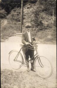 Foto Ak Mann mit Fahrrad, Hut, Portrait