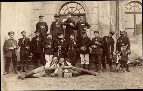Foto Ak Deutsche Soldaten, Gruppenbild, Orden, Verbandskasten, Pfeife 0