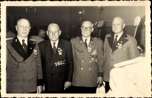 Foto Ak Essen im Ruhrgebiet, Vier Männer mit Orden und Auszeichnungen, Veteranen 0