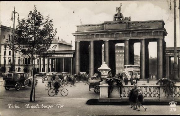 Ak Berlin Tiergarten, Brandenburger Tor, Verkehr 0