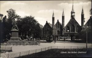 Ak Lübeck in Schleswig Holstein, Am Geibel Denkmal, Heiliggeistspital, Straßenbahnen