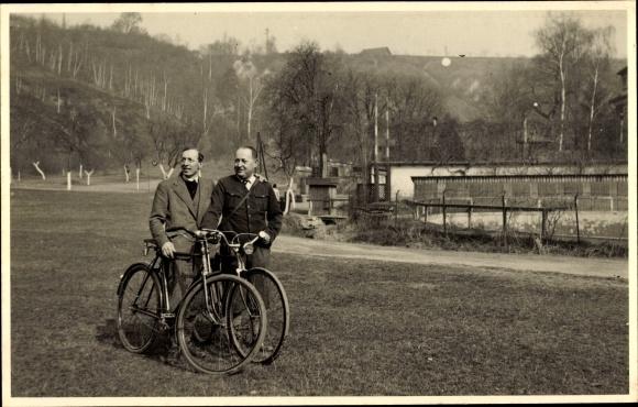 Foto Ak Zwei Männer mir Fahrrädern 0