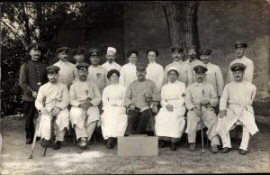 Foto Ak Soldaten im Lazarett, Gruppenportrait, Krankenschwestern
