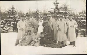 Foto Ak Soldaten im Lazarett, Gruppenportrait, Krankenschwester