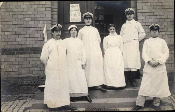 Foto Ak Soldaten im Lazarett, Krankenschwester, Sanitäter, Militärärzte 0