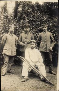 Foto Ak Deutsche Soldaten im Lazarett, Krückstöcke