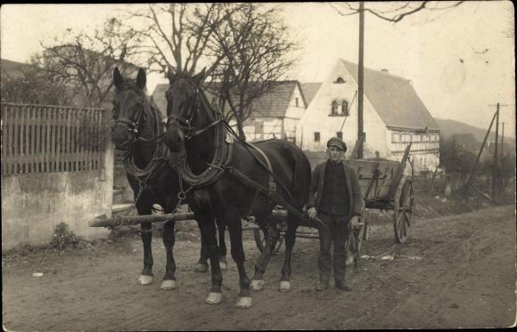 Foto Ak Kutscher mit Pferdefuhre in der Straße