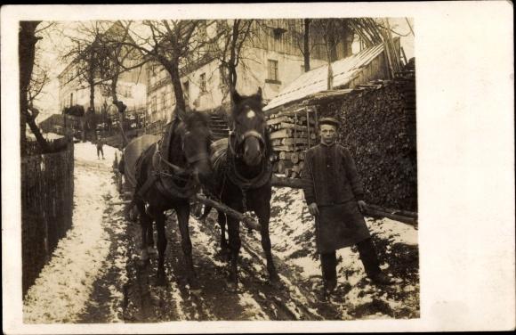 Foto Ak Kutscher neben Pferdefuhre, Schneelandschaft, Winter