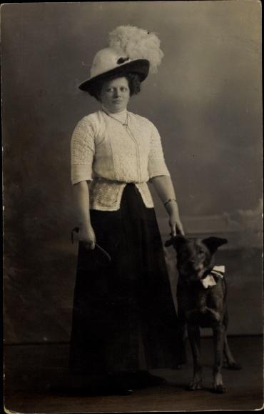 Foto Ak Frau in Federhut mit Hund