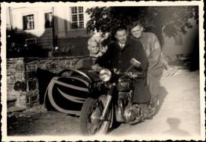 Foto Drei Männer auf einem Motorradgespann, Beiwagen