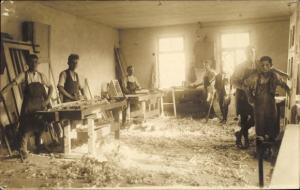 Foto Ak Blick in eine Schreinerwerkstatt, Tischler
