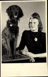 Foto Ak Junge Frau mit einem Hund, Halskette mit Anhänger