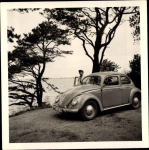 Foto Frau an einem VW Käfer, Kennzeichen B-XE 78