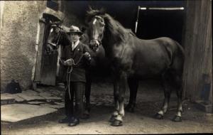 Ak Junger Mann mit zwei Pferden