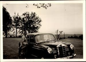 Foto Frau an einem Mercedes Benz Automobil