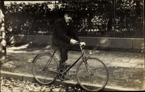 Foto Ak Mann auf einem Fahrrad, Portrait
