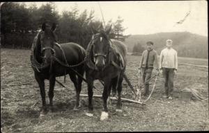 Foto Ak Zwei junge Männer am Ackerpflug, Landarbeit