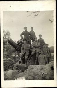 Foto Ak Deutsche Soldaten an einem Geschütz, Artillerie
