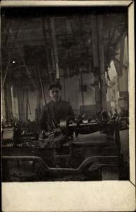 Foto Ak Mann in einer Fabrik, Arbeiter