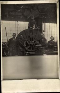 Foto Ak Männer in einer Fabrik, Arbeiter