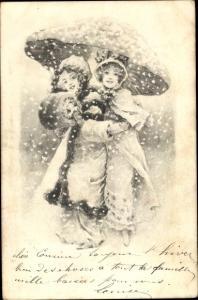 Ak Mädchen in Wintermänteln mit Muff unter einem Pilz im Schneetreiben