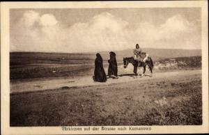 Ak Kumanowo Mazedonien, Türkinnen auf der Straße nach Kumanowo