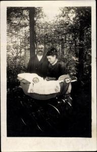 Foto Ak Paar mit Kinderwagen, Kleinkind