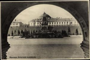 Ak Moskau Russland, Blick durch ein Tor, Roter Platz
