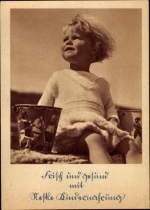 Ak Portrait eines kleinen Kindes im Sandkasten, Nestle Broschüre, Werbung