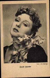 Ak Schauspielerin Zarah Leander, Portrait mit Blumen
