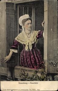 Ak Neuchâtel Kanton Neuenburg, Frau in Tracht im Fenster