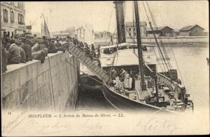 Ak Honfleur Calvados, Hafenpartie, L'Arrivee du Bateau du Havre
