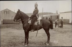 Foto Ak Soldat in Uniform, Pferd, Reiter, Baracken, Übungsplatz Elsenborn Bütgenbach Wallonien Lütt.