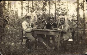 Foto Ak Deutsche Soldaten in Uniformen, Gruppenportrait beim Skat