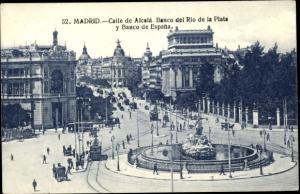 Ak Madrid Spanien, Calle de Alcala, Banco del Rio de la Plata y Banco de Espana, Tram