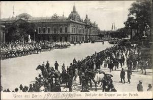 Ak Berlin Mitte, Am Zeughaus, Rückkehr der Truppen von der Parade
