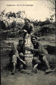 Ak Englischer 38 cm Blindgänger, Deutsche Soldaten, Kriegstrophäe