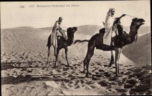 Ak Meharistes traversant les Dunes, Männer auf Kamelen in der Wüste