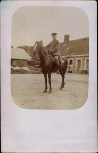 Foto Ak Soldat in Uniform zu Pferd