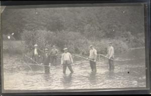 Foto Ak Männer beim Angeln im Wasser, Senknetze