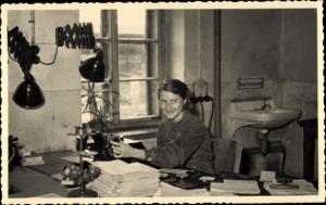 Foto Ak Sekretärin im Büro, Portrait, Schreibtisch