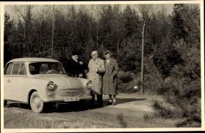 Foto Ak Mann und Frauen mit Automobil, KH 99 44