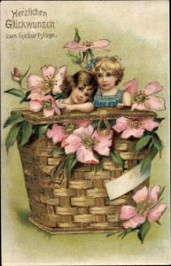 Präge Litho Glückwunsch Geburtstag, Zwei Kinder in einem Weidenkorb, Blumen