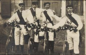 Foto Ak Lunzenau in Sachsen, Radfahrer, Ehrung, Gruppenfoto