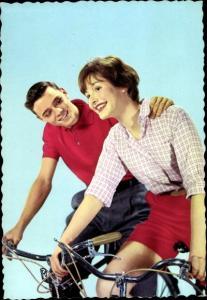 Ak Junger Mann und junge Frau auf dem Fahrrad
