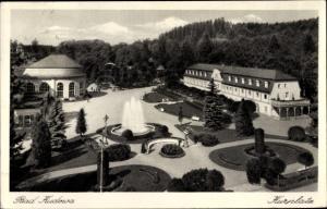 Ak Kudowa Zdrój Bad Kudowa Schlesien, Kurplatz, Springbrunnen